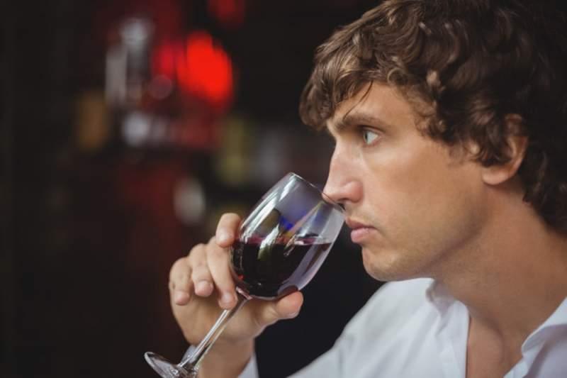 Choisir le bon cadeau à un homme qui aime le vin