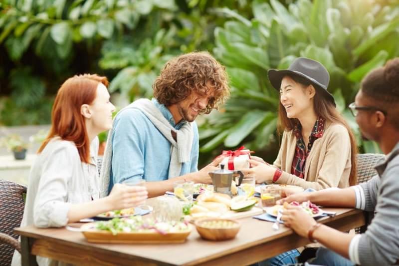 Trouver une idée de cadeau quand on est invité à manger
