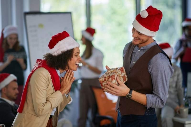 Quel cadeau de Noël offrir à une collègue de travail ?