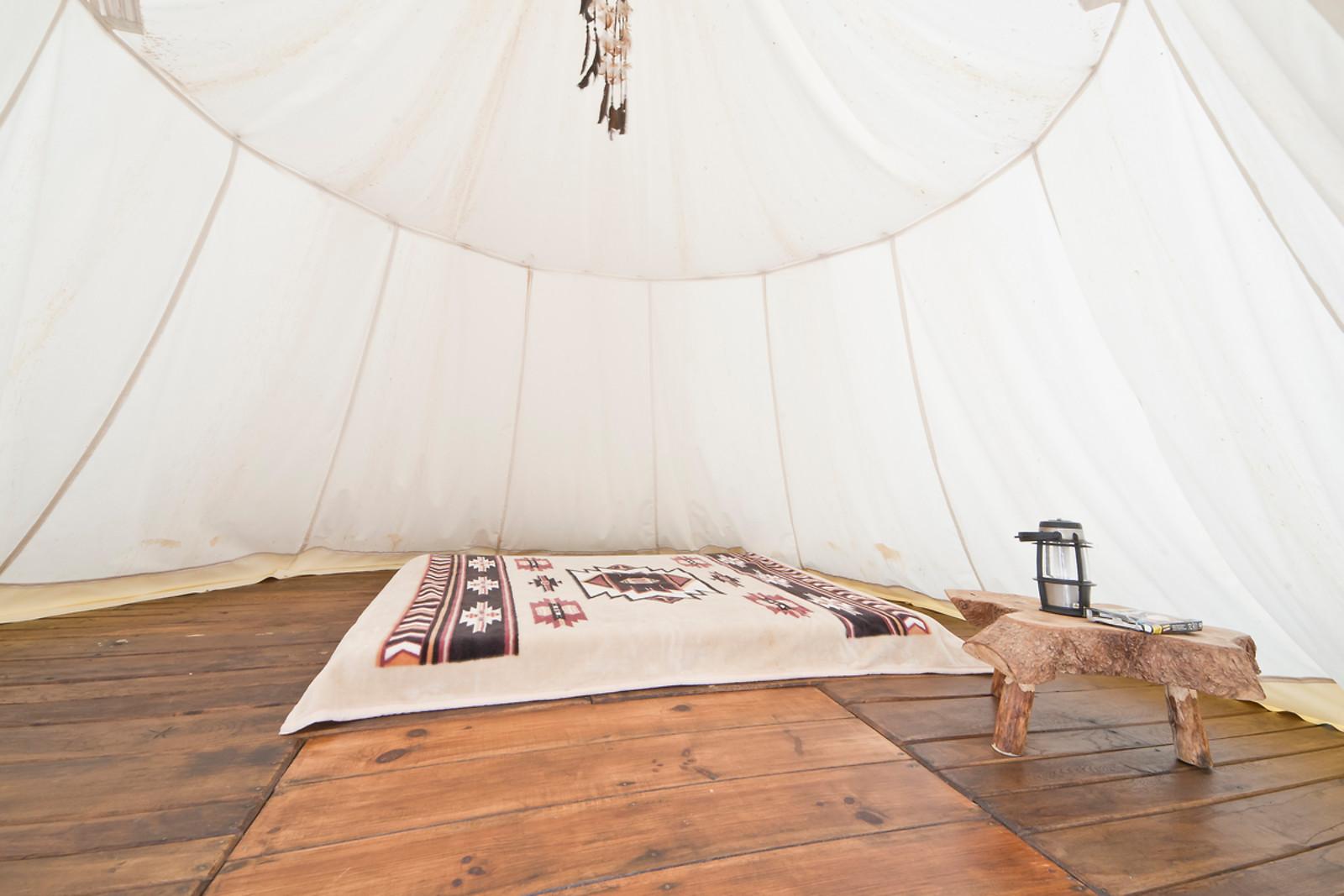 nuit pour 2 en tipi du far west savignac ledrier 24 wonderbox. Black Bedroom Furniture Sets. Home Design Ideas