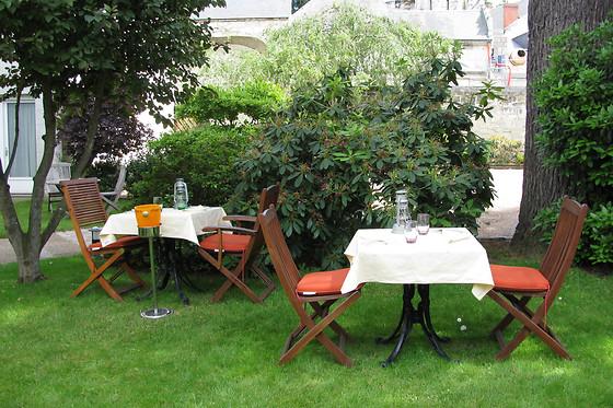 Repas en duo avec vue sur les jardins du château chez Les ...