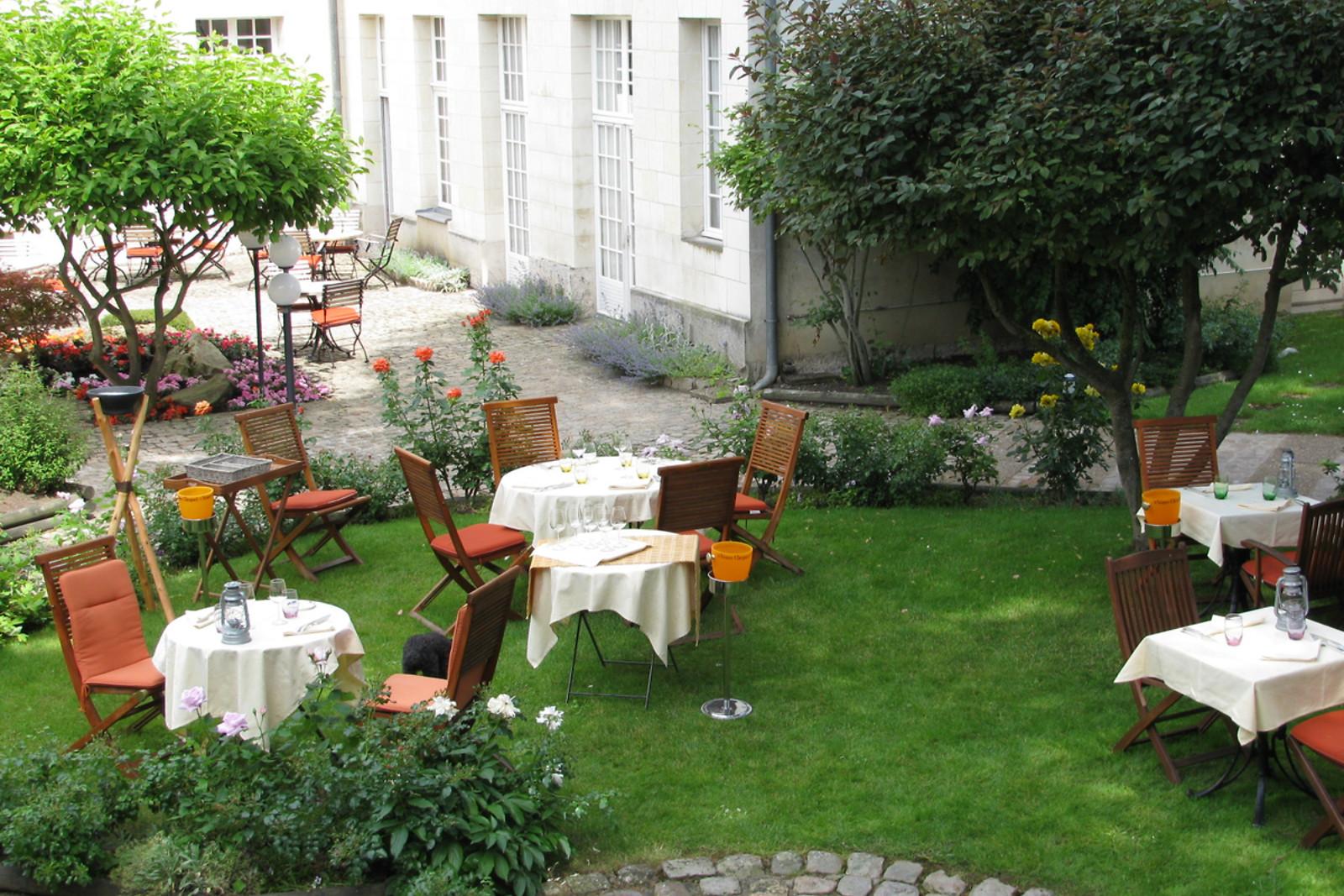 Repas en duo avec vue sur les jardins du château chez Les Ménestrels ...